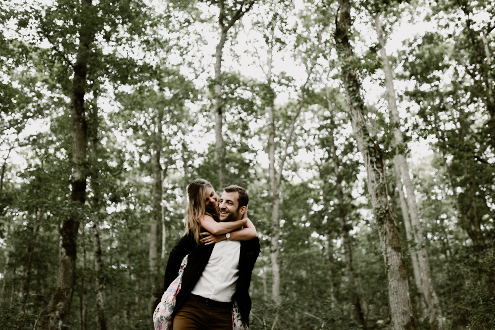 g Séance photo engagement dans la forêt de grimbosq en normandie