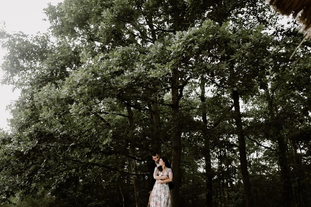 p Séance photo engagement dans la forêt de grimbosq en normandie