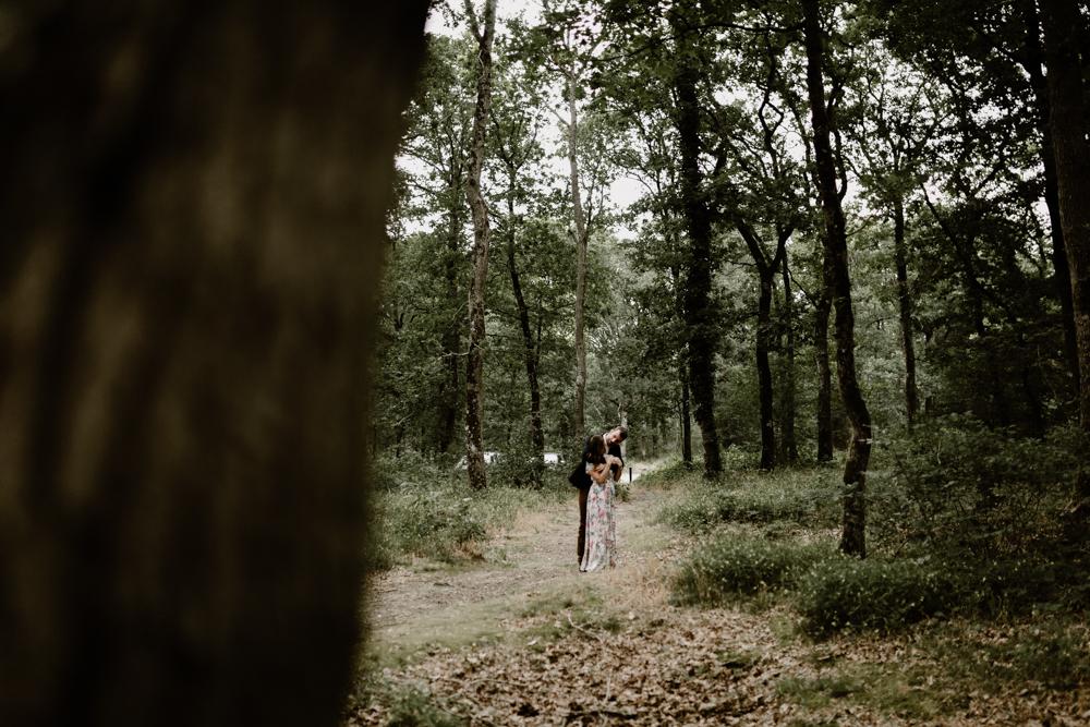 d Séance photo engagement dans la forêt de grimbosq en normandie